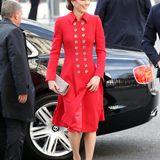 Die doppelreihige Knopfleiste ihres Mantels verleiht Kates Outfit einen leichten Militär-Charakter und macht den Look zum echten Blickfang.Handtasche und High Heels wählte die Herzogin jeweils in einem hellen Braunton.
