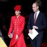 Herzogin Catherine hingegen setzt auf leuchtendes Rot: Sie trägt einen doppelreihigen Mantel von Catherine Walker und kombiniert dazu beige Accessoires, die perfekt zu den perlmuttfarbenen Knöpfen passen. Auch unter dem Mantel sticht knalliges Rot hervor.