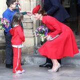 Der Mantel, den Herzogin Catherine trägt, ist älter. Sie trug ihn schon 2014 während einer Reise nach Australien - damals wählte sie dunkle Accessoires und trug ihr Haar offen.