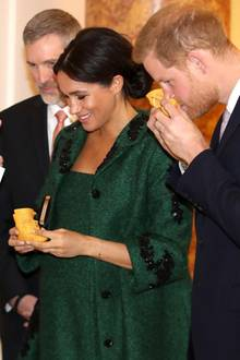 "Harry und Meghan nehmen Baby-Geschenke der ""Canadian High Commissioner to the United Kingdom"" Janice Charette entgegen."