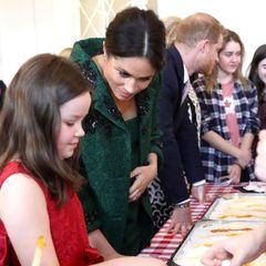 Harry und Meghan lassen sich von ein paar Kindern einekanadische Frühlingstradition erklären.