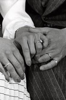 12. März 1976  Stolz zeigt das Paar Silvias hübschen Verlobungsring.