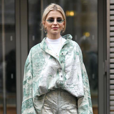 Super-Influencerin Caro Daurträgt ein Oversized-Hemd mit einer eleganten Hose
