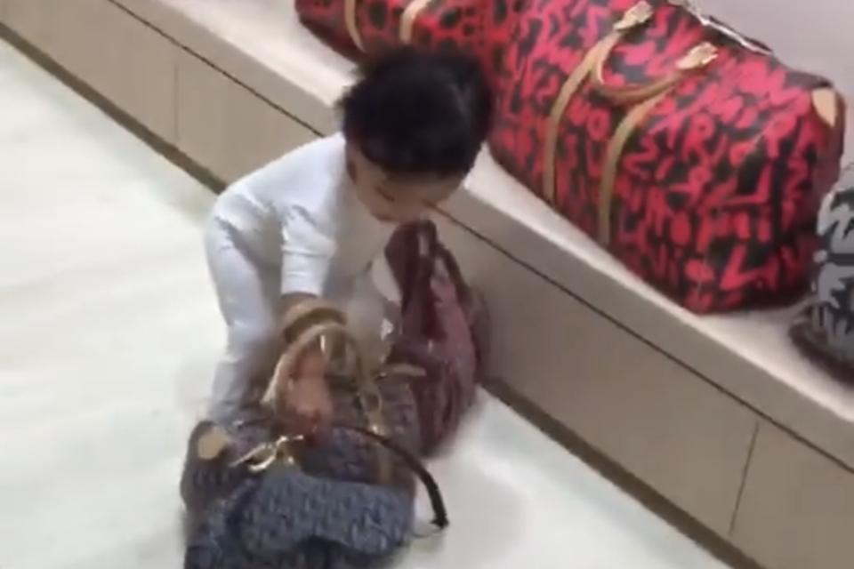 Klein-Chicago spielt mit Mamas luxuriösen Handtaschen, die zusammen so viel kosten wie mehrere Mittelklassewagen.