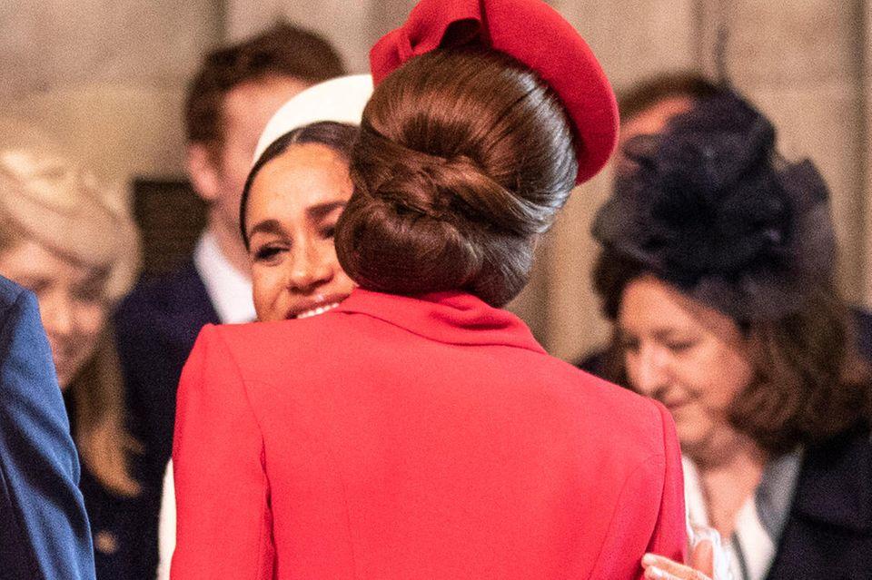 So liebevoll begrüßten sich Kate und Meghan beim Gottesdienst