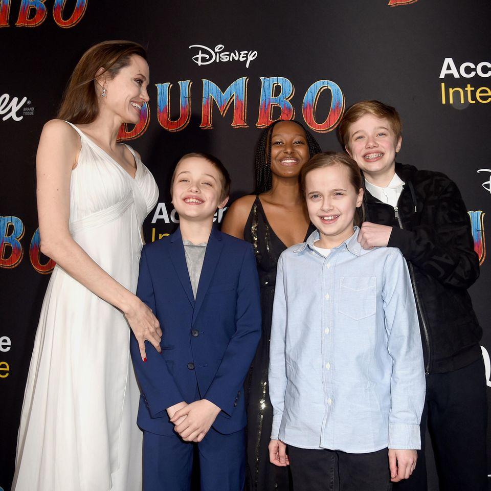 """11. März 2019  Hoher Besuch bei der Hollywood-Premiere von """"Dumbo"""":Angelina Jolie und ihre Kids Knox, Zahara, Vivienne und Shiloh sind auf dem roten Teppich bestens gelaunt."""
