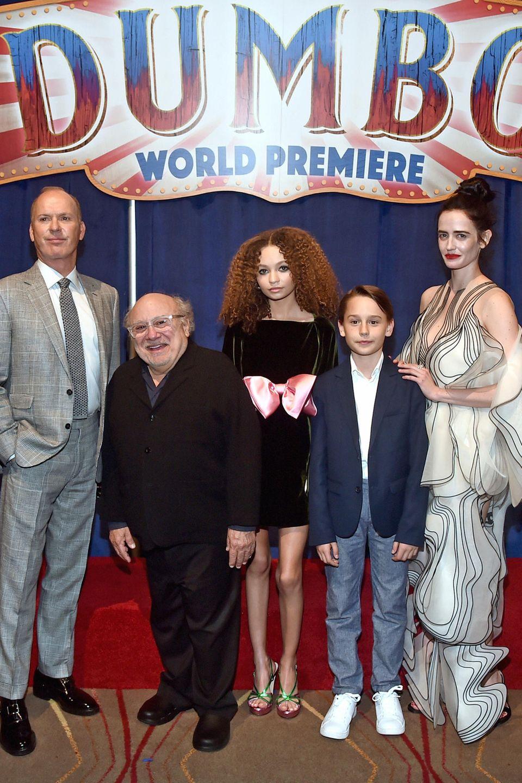 """11. März 2019  Der """"Dumbo""""-Cast vereint:Colin Farrell, Michael Keaton, Danny DeVito, Nico Parker, Finley Hobbins und Eva Green (v.l.) feiern die große Premiere gemeinsam."""