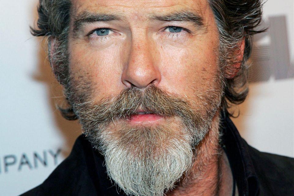 """Der sonst eher glattrasierte """"James Bond""""-Darsteller Pierce Brosnan hat sich im Jahr 2005 einem Bartexperiment unterzogen und zeigt sich mit einem Goatee. Die Bartfrisur kann jedoch auch alsVan-Dyke-Bart durchgehen, da Brosnan einen Oberlippenbart mit einem Ziegenbart kombiniert."""