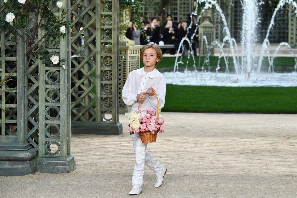 """Karl Lagerfeld nannte ihn liebevoll """"Prinz"""". Hudson Kroenig, 12, Sohn von Männermodel Brad Kroenig, 39, lief mit drei Jahren das erste Mal für Chanel über den Laufsteg. Der Designer überhäufte ihn mit Geschenken. Und während er sonst meist abgeklärt wirkte, zeigte er in Hudsons Anwesenheit väterliche Gefühle. Hudson dürfte wohl mit einem Teil des Millionenerbes rechnen. Er selbst sagte mal naseweis: """"Alles, was Karl gehört, gehört auch mir."""""""