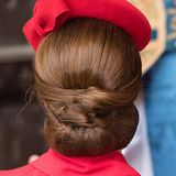 Verschiedene Haarbahnen übereinander täuschen mehr Volumen vor, als eigentlich vorhanden ist. Dadurch wirkt Catherines Frisur besonders glamourös - und dank des Haarnetzes bleibt alles an seinem Platz.