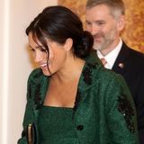 Am Commonwealth Day trägt Herzogin Meghan ihr Haar wie schon häufiger gesehen in einem lässigen, tief sitzenden Knoten. Einige Strähnen fallen ihr ins Gesicht und lockern die Frisur damit gekonnt auf.