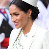 Zum feierlichen Gottesdienst am Commonwealth Day hat sich Herzogin Meghan für eine strengere Frisur mit mehr Eleganz entschieden. Damit ihr Pillbox-Hütchen optimal zur Geltung kommt, trägt sie einen tiefen Chignon im klassischen Stil.