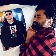 """6. März 2019  Ein Foto mit Folgen: Nachdem Nick Jonas in Anlehnung an den T-Shirt-Inception-Spaß von Ryan Gosling und Macaulay Culkin John Stamos als sein """"Opfer"""" auswählte, schlug der mit der Foto-auf-Bettwäsche-Variante zurück. Und eigentlich war klar, dass Nick Jonas darauf eine Antwort haben würde. Die kam jetzt einige Tage später."""