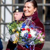 Prinzessin Victoria sieht Rot! Zu Ehren ihres Namenstags nimmt die 41-Jährige an den Feierlichkeiten in Stockholm teil und präsentiert sich den vielen Gratulanten strahlend und in edlem Weinrot. So kommen auch die vielen Blumen-Präsente am besten zur Geltung.