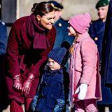 Ton in Ton kombiniert Prinzessin Victoria die verschiedenen Kleidungsstücke und zeigt sich in einem weinroten Mantel und einem elegant gebundenen Schal. Auch ihre ledernen Handschuhe sowie ihre Hose und die Wildleder-Boots strahlen in dem edlen Rotton.