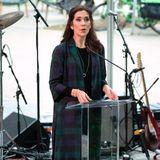 """In einem blau-grün karierten Mantel von Baum & Pferdgarten spricht Kronprinzessin Mary am ersten Tag der Texasreise bei einer """"Woman in Leadership""""-Veranstaltung."""