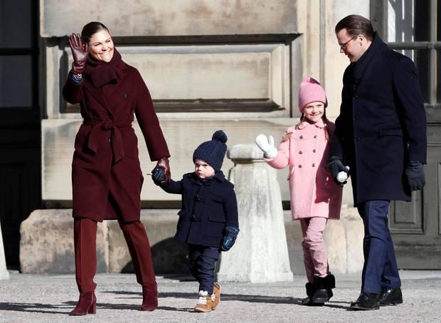 Da sind sie! Bei strahlender Wintersonne zeigt sich Prinzessin Victoria mit ihrer ganzen Familie auf dem Hof des Königlichen Schlosses von vielen royalen Fans und mit militärischen Ehren anlässlich ihres Namenstags gefeiert wird.