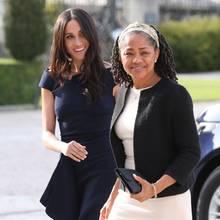 Unzertrennlich: Seit Herzogin Meghan in London lebt, kommt ihre Mutter Doria Ragland öfter zu Besuch. Ihr freies Leben in L.A. würde die Yoga-Lehrerin aber niemals aufgeben