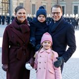 Und zum Abschluss gibt es auch noch ein schönes Familienfoto von Victoria, Daniel, Estelle und Oscar. Die Laune des kleinen Prinzen scheint sich auch schon gebessert zu haben.