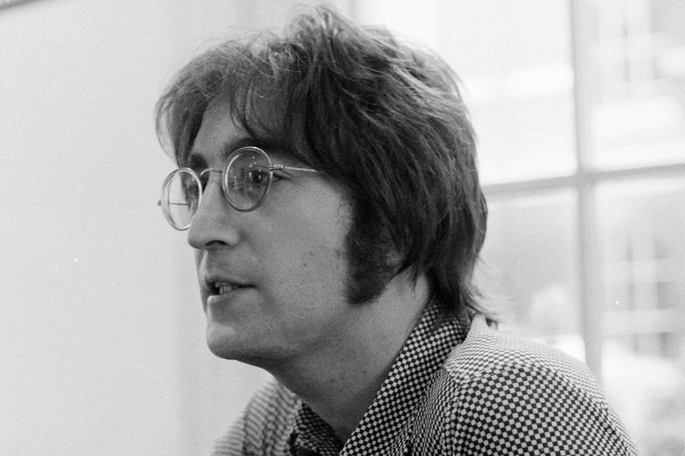 "Bartfrisur Koteletten oder Vollbart, so kennt man ihn. Den""The Beatles""-Musiker John Lennon (†1980)."