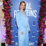 In einem Outfit, das einem Pyjama gleicht, geht Rosie Huntington-Whiteley zur Party statt ins Bett.