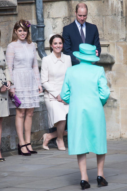 Prinzessin Eugenie (.) rührt sich nicht, Herzogin Catherine (Mitte) knickst und Prinz William (r.) beugt den Kopf: So unterschiedlich wird Queen Elizabeth hier am 16. April 2017 beim Besuch des Oster-Gottesdienstes auf Schloss Windsor begrüßt