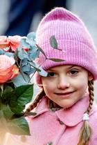Die kleine Rosen-Prinzessin bezaubert nicht nur mit ihrer freundlichen Art, sondern auch mit ihrem schicken Zopf- und Mützenstyling.