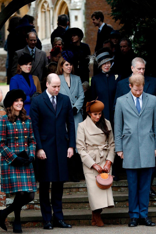 Wenn die Queen kommt, stehen die anderen Mitglieder der britischen Königsfamilie Spalier - so wie hier, beim Besuch des Gottesdienstes in Sandringham am 25. Dezember 2017. Während die Herzoginnen tief in die Knie gehen, beugen die Prinzen respektvoll ihren Kopf. Dass die zweite Reihe nichts dergleichen tut, mag daran liegen, dass sie der Queen an diesem Tag bereits begegnet sind und ihr die Ehre schon erwiesen haben.