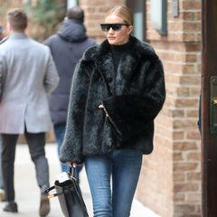 Casual und trotzdem elegant: Rosie Huntington-Whiteley flaniert in Jeans, Felljacke und Stiefeln durch New York.