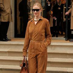 Mit diesem Look liegt die Modelmama voll im Trend: Sie trägt einen Overall aus hellbraunem Wildleder.