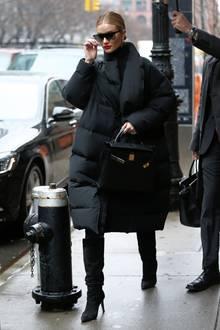 Spätestens bei einem Blick auf die dicke, lange Daunenjacke von Rosie Huntington-Whiteley wird klar, dass die Sonnenbrille bei diesem Look einen anderen Zweck erfüllt. Undercover bleibt die Schönheit trotzdem nicht.