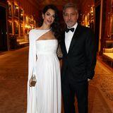 """Am 12. März 2019 nimmt Amal Clooney gemeinsam mit Ehemann George Clooney an einem Abendessen im Buckingham Palast teil. Das Paar wurde von Prinz Charles eingeladen, um seine Organisation """"The Prince's Trust"""", die Jugendlichen hilft, zu feiern."""