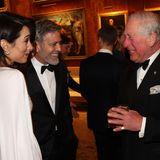 Was die drei sich wohl zu erzählen haben? Amal, George und Prinz Charles scheinen sich bestens zu amüsieren.