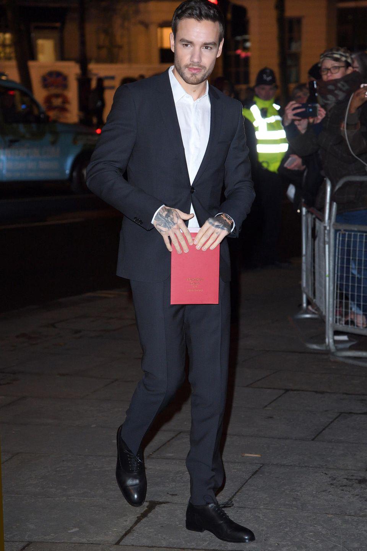 Schlicht, klassisch, gut: Sänger Liam Payne besucht die Gala in einem schmalen, schwarzen Anzug und weißem Hemd.