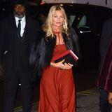 Kultmodel Kate Moss besucht die Gala der National Portrait Galley in einem rostfarbenen Maxikleid aus Seide, zu dem sie ihre geliebte Kurzjacke aus schwarzem Kunstfell kombiniert.
