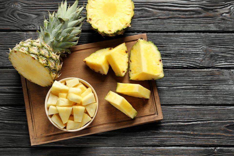 Ananas schneiden könnte mit diesem Trick ganz einfach werden