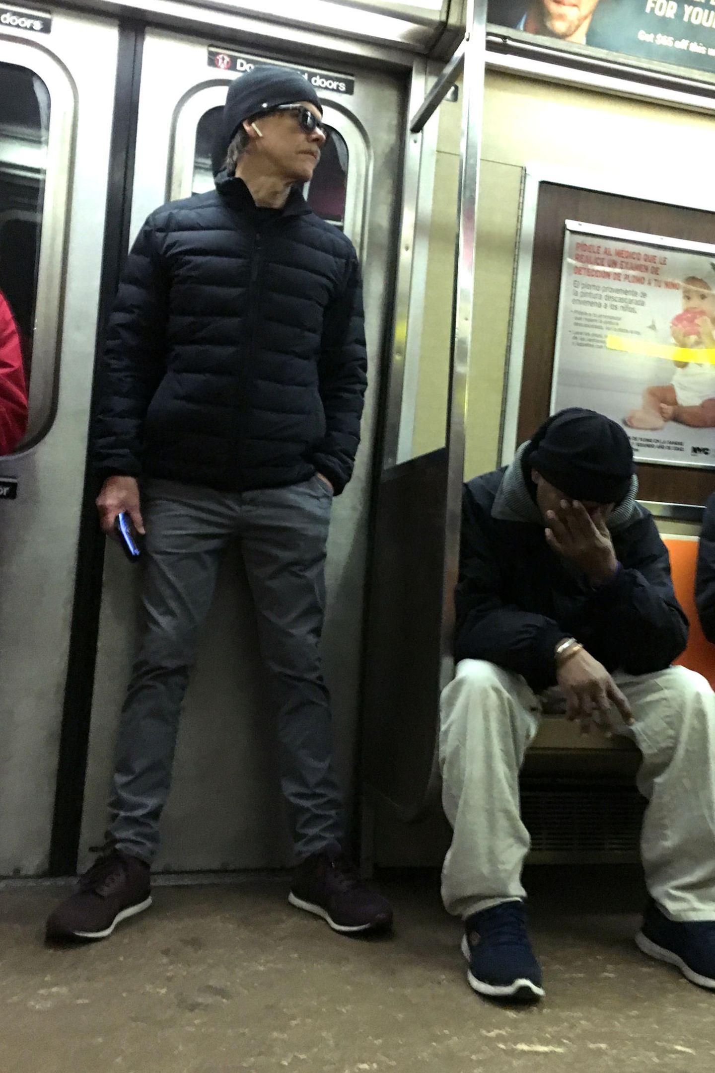 Gut getarnt schleicht sich Hollywoodstar Kevin Bacon in die NYC Subway.Wie aufregend!