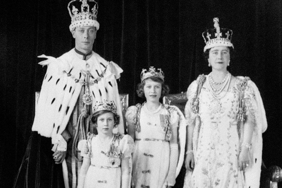 König George VI. (l.) und Königin Elizabeth (r.) mit ihren Kindern Prinzessin Margaret (v.l.) und Prinzessin Elizabeth (v.r.) am Tag der Krönung von George, dem 12. Mai 1937