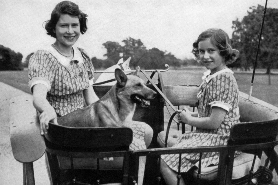 Die Prinzessinnen Elizabeth (l.) und Margaret im Jahr 1941 auf Schloss Windsor