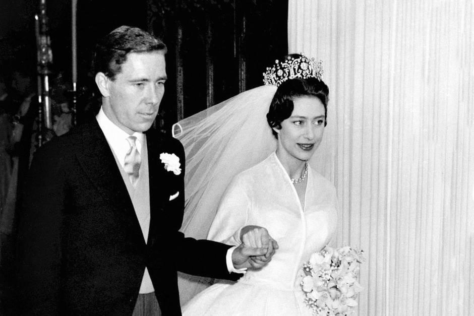 Antony Armstrong-Jones und Prinzessin Margaret zeigen sich nach ihrer Hochzeit in der Westminster Abbey in London am 6. Mai 1960.