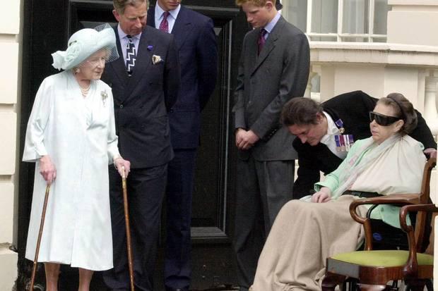 Einer der letzten Auftritte von Prinzessin Margaret: Beim 101. Geburtstag ihrer Mutter Queen Mum (l.) am 4. August 2001 ist sie bereits schwer gezeichnet, sitzt im Rollstuhl. Wenige Monate später, am 9. Februar 2002, stirbt auch Margaret imKing Edward VII's Hospital in London