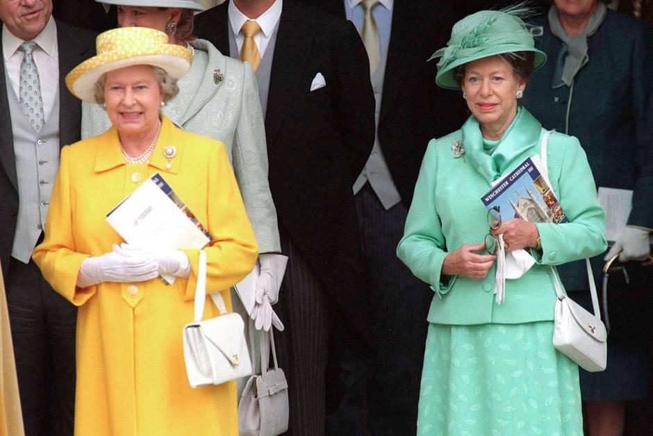 Queen Elizabeth (l.)und ihre jüngere Schwester Prinzessin Margaret am 7. November 1998