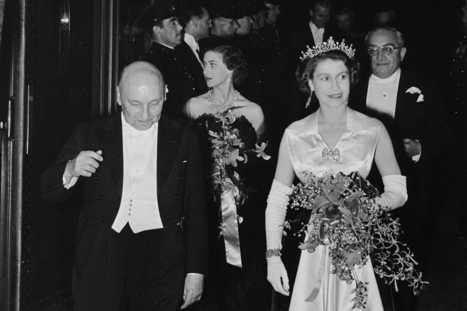 Im Schatten der Königin: Prinzessin Margaret (hinten) und ihre Schwester (vorne) besuchen am 27. Oktober 1952 eineFilmvorführung auf dem Leicester Square in London. Zu diesem Zeitpunkt sollen sich Margaret und Peter Townsend schon näher gekommen sein