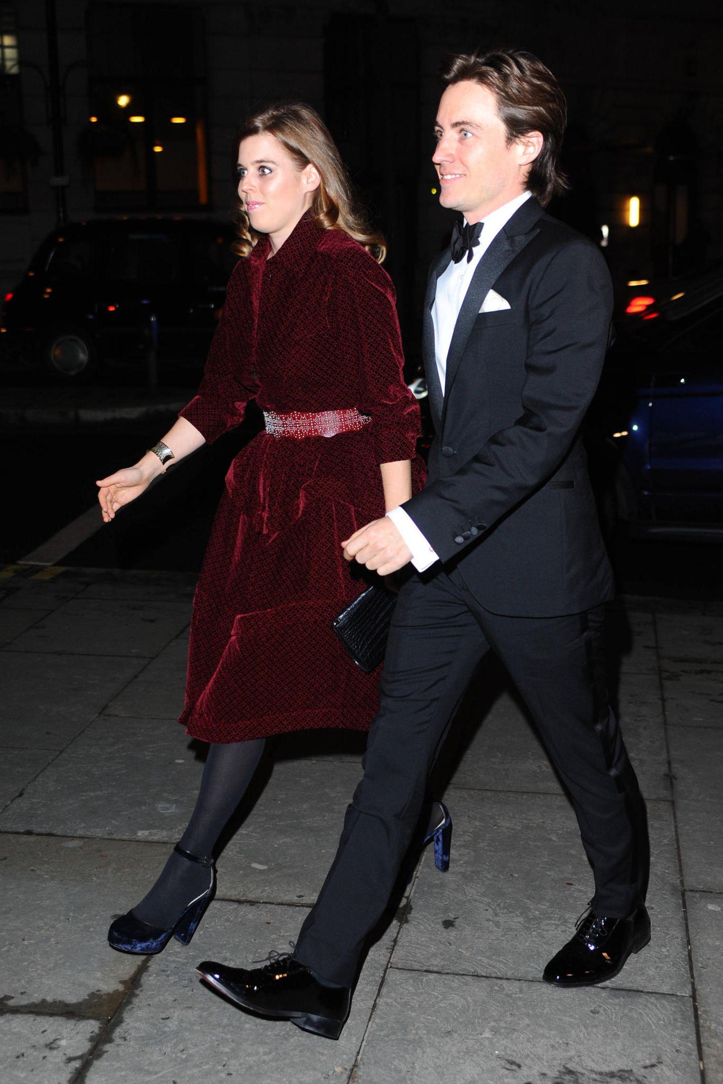 Es ist der erste Red-Carpet-Auftritt mit ihrem neuen FreundEdoardo Mapelli Mozzi. Klar, dass sich Prinzessin Beatrice für die Gala in der National Portrait Gallery in London so richtig in Schale wirft.