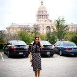 Mary lässt sich in Texas' Hauptstadt Austin vor dem Kapitol des US-Bundesstaats ablichten.