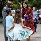 Kronprinzessin Mary bekommt von zwei kleinen Mädchen Blumen.