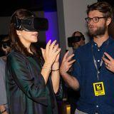 Im Rahmen einer SXSW-Ausstellung für interaktive Medien lässt sich Prinzessin Mary eine Virtual-Reality-Brille zeigen.