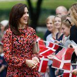 Die dänische Kronprinzessin freut sich über die vielen Fans, die sie begrüßen.