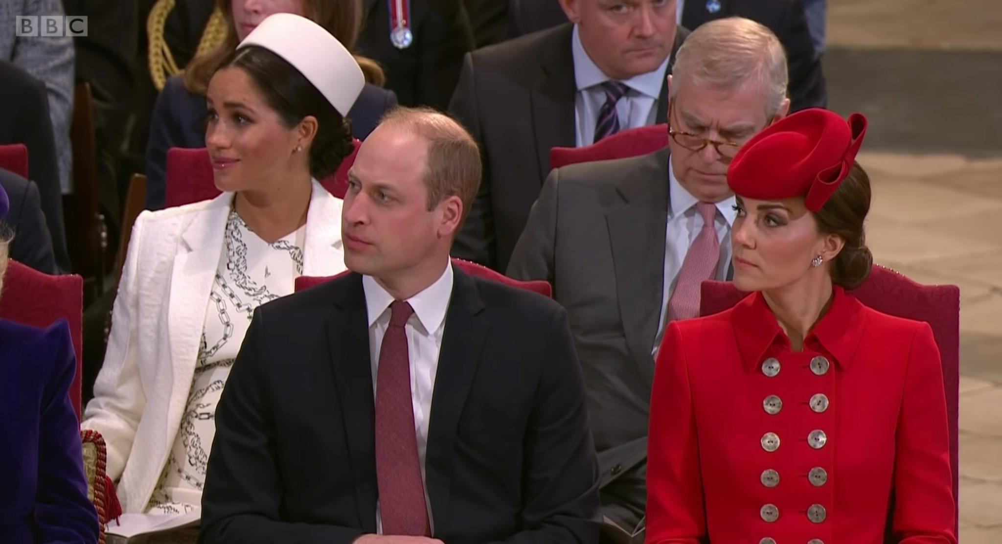 Herzogin Meghan (hinten links) lauscht ergriffen der Stimme von Alfie Boe. Prinz Andrew (hinten rechts) zeigt sich unterdessen weniger beeindruckt. Doch auch Prinz William (vorne linke) und Herzogin Catherine (vorne recht) lauschen gespannt.