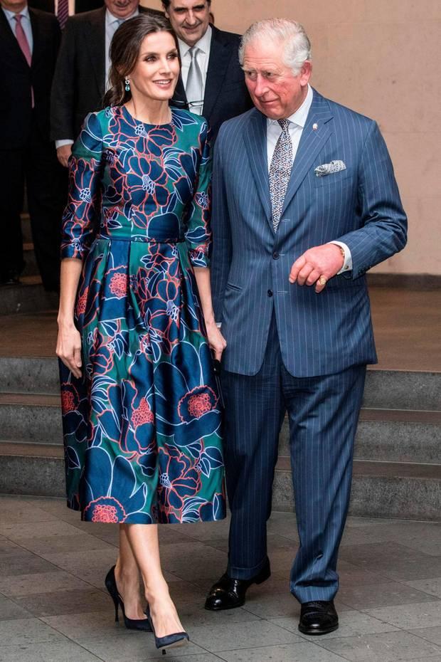 """Königin Letizia ist zu Gast in London. Dort feiert sie gemeinsam mit Prinz Charles die Eröffnung einer Ausstellung, die einemspanischen Impressionisten gewidmet ist. Laut """"Daily Mail"""" ist das Blumenkleid der Königin eine Sonderanfertigung von Caroline Herrera."""